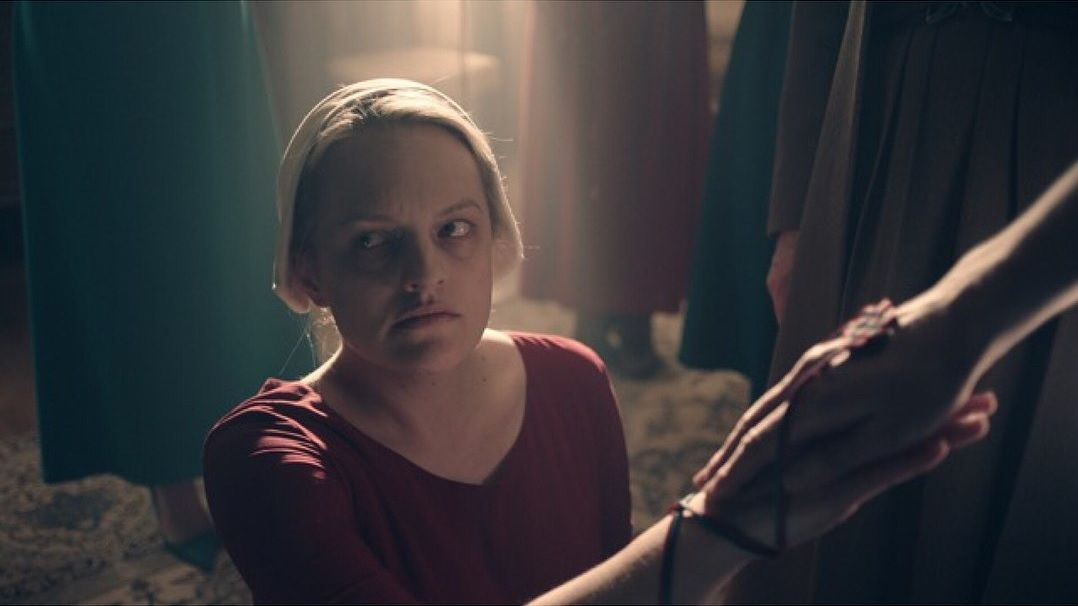 handmaids tale comparison between movie and book The handmaid's tale started life as a dystopian novel from margaret atwood one of the most successful novels of the 20 th century, it has since been adapted for stage and screen, and now it makes its debut on hulu in a brand new series.
